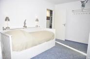 2. Schlafzimmer mit ausziehbarem Bett und...