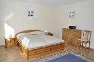 Das erste von 2 Schlafzimmern mit Doppelbett in der ersten Etage