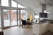 Das Wohnzimmer mit hochkarätiger Küche. Viel Licht und ... frisch modern!