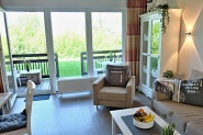 Gemütliches Wohnzimmer mit erholsamen Ausblick