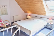 Das große Doppelbett auf der offenen Galerie