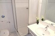 Das Duschbad auf der unteren Ebene