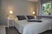 Ein großes bequemes Doppelbett