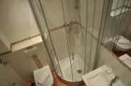 ...fast ebenerdige Dusche