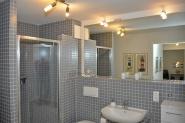 großes, modernes Badezimmer mit Abstellflächen