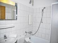 Badezimmer mit Duschvorrichtung in der Badewanne