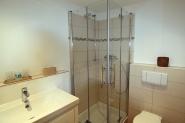 Badezimmer mit fast ebenerdiger Duschkabine