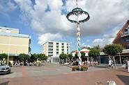 Dorfplatz (jeden Donnerstag ist Markttag)