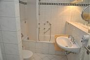 Wanne und Duschbad