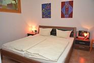 Gemütliches Schlafzimmer mit Oberlicht in Richtung Küche.