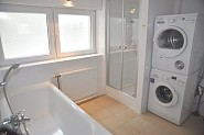 Im Bad stehen Ihnen auch Waschmaschine und Trockner zur Verfügung
