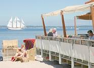 In Laboe können Sie Ihre KInder am Strand beobachten und gleichzeitig in der Tapas-Bar relaxen.