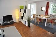 Modern eingerichtetes Wohn- Esszimmer