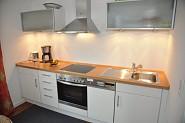Eine moderne, komplett eingerichtete Küchenzeile