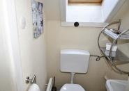 Toilette und Waschbecken gegenüber vom Kinderzimmer