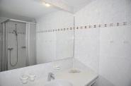 Praktisch! Jede Etage mit eigenem Bad. Hier das Duschbad!