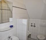 Das Gäste-WC mit Pissoir neben dem Hauptbadezimmer